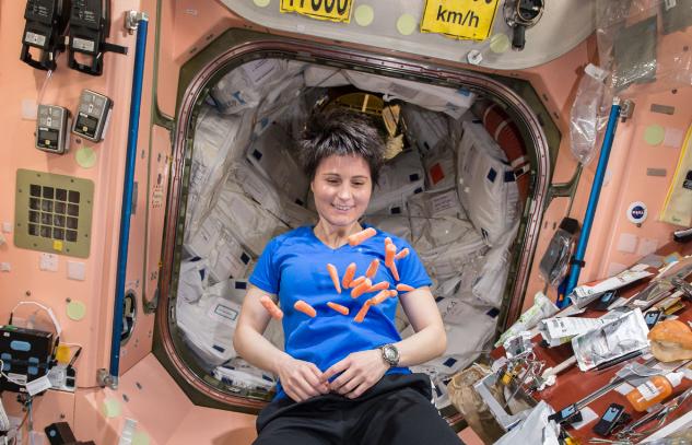 Astronautas exploran el universo usando popo como alimento
