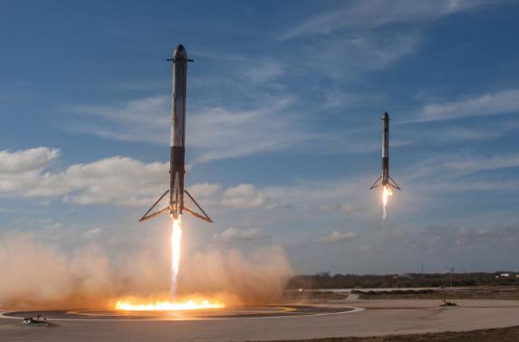 Spacex lanzó con éxito su halcón cohete pesado
